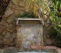 Boca de cascata instalada, revestida com pedra Madeira Amarela.